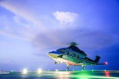 Śmigłowcowy parking lądowanie na na morzu platformie Śmigłowcowe przeniesienie załoga, pasażer praca w na morzu ropa i gaz przemy zdjęcie royalty free