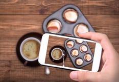 Śniadania piec jajka z bekonem w słodka bułeczka cynie Filiżanka coffe Zdjęcie Royalty Free