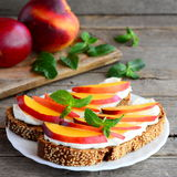 Śniadanie ściska z miękkim serem, świeżymi nektaryna plasterkami i mennicą, Zdrowe protein kanapki na talerzu Obrazy Stock