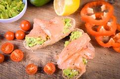 Śniadanie: avocado grzanka z łososiem Na Drewnianym tle Zdjęcia Stock