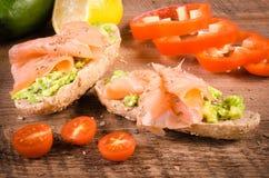 Śniadanie: avocado grzanka z łososiem Na Drewnianym tle Obraz Stock