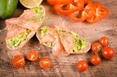 Śniadanie: avocado grzanka z łososiem Na Drewnianym tle Obrazy Stock