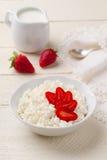 Śniadanie chałupa ser z truskawkami i kremowym dzbankiem Zdjęcia Royalty Free