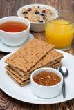 Śniadanie - chrupiący chleb z dżemem, herbata, sok Obraz Stock