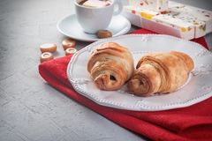 Śniadanie - croissants i kawa, cukierki kopii przestrzeń ideał dla cukiernianego menu Obraz Stock