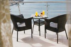 Śniadanie dla dwa persons na balkonie z pięknym widokiem Obraz Stock