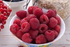 Śniadanie jagody, owoc i muesli na biały drewnianym -, Zdjęcie Royalty Free