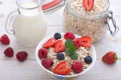 Śniadanie jagody, owoc i muesli na biały drewnianym -, Obrazy Royalty Free