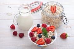 Śniadanie jagody, owoc i muesli na biały drewnianym -, Obraz Royalty Free