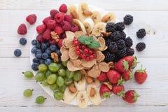 Śniadanie jagody, owoc i muesli na biały drewnianym -, Fotografia Royalty Free