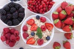 Śniadanie jagody, owoc i muesli na biały drewnianym -, Obraz Stock