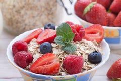 Śniadanie jagody, owoc i muesli na biały drewnianym -, Zdjęcia Stock