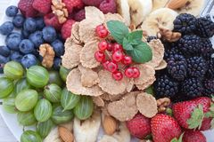 Śniadanie jagody, owoc i muesli na biały drewnianym -, Fotografia Stock