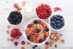 Śniadanie jagody, owoc i muesli na biały drewnianym -, Obrazy Stock