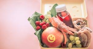 Śniadanie lub lunch z zdrowym jedzeniem w żółtym pudełku na menchii, Fotografia Stock