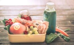 Śniadanie lub lunch z zdrowym jedzeniem w żółtym pudełku na woode, Obrazy Royalty Free