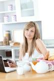 śniadanie ma laptop kobiety zadumanej używać Fotografia Stock