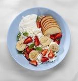 Śniadanie mieszany, świeży, jogurtu opatrunek, cynamonowy grek, prosta, świeża owoc, śmietanka, składnik procedura zdjęcia stock