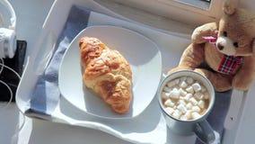 Śniadanie na nadokiennym parapecie: kawa z marshmallow i croissant zbiory wideo