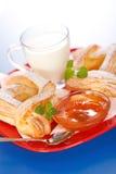 Śniadanie: na talerzu brzoskwinia dwa dżemu torty mleko, i Zdjęcia Royalty Free