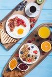 Śniadanie na wieśniaka stole obraz royalty free
