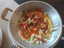 Śniadanie, niecka smażył jajko z wieprzowiną i polewami zdjęcia royalty free