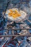 Śniadanie outdoors: smażący jajka na grillu Obraz Royalty Free