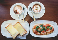 Śniadanie: plasterek pizzy, chleba, kawowej i gorącej czekolada dalej, fotografia royalty free