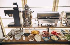 Śniadanie przy hotelem Śniadanie na systemu ` Wszystkie obejmujący ` Śniadaniowy bufeta pojęcie, Śniadaniowy czas w luksusowym ho obrazy royalty free