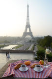 Śniadanie przy wieżą eifla Fotografia Royalty Free