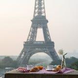 Śniadanie przy wieżą eifla Obraz Royalty Free