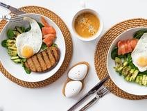 Śniadanie rzuca kulą z avocado, grzanką i jajkami, Zdjęcie Royalty Free