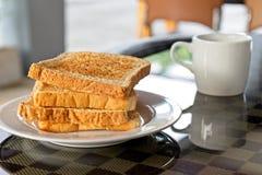 Śniadanie słuzyć z kawą i plasterkiem świeży chleb Domowej roboty przekąska na bielu talerzu z gorącym napojem na stole, Fotografia Stock