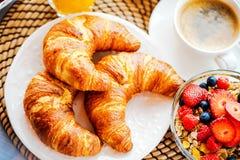 Śniadanie słuzyć z kawą, sokiem pomarańczowym, croissants, zbożami i owoc, zrównoważona dieta obraz stock