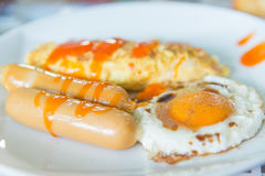 Śniadanie set, omelette, kiełbasa, smażył jajko Fotografia Stock