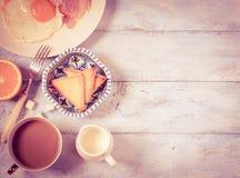 Śniadanie smażący bekon i jajka Odgórny widok Obraz Stock