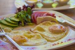 Śniadanie: smażący jajka i surowi vegatables Zdjęcie Stock