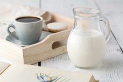 Śniadanie, taca z filiżanką kawy i cukierki, Obraz Royalty Free