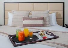 Śniadanie w Łóżkowej Izbowej usłudze przy hotelem w kurorcie fotografia royalty free