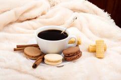 Śniadanie w łóżku kawowi cukierki grżą Fotografia Royalty Free