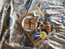 Śniadanie w łóżku przy rankiem z coffe Obrazy Royalty Free