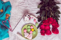 Śniadanie w łóżku z czerwonymi różami i sercem cukrowi cukierki Zdjęcie Royalty Free
