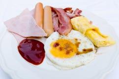 Śniadanie w białym ceramicznym naczyniu zdjęcia royalty free