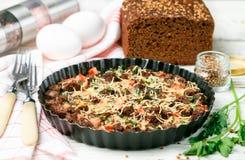 Śniadanie w nieociosanym stylu Domowej roboty chleba potrawki warstwy zdjęcie stock