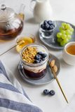 ?niadanie w s?oju z granola, jogurtem, d?emem i jagodami, fotografia royalty free
