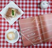 Śniadanie w Włoskiej restauraci z tiramisu i filiżanką kawy Obraz Stock