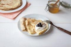 Śniadanie z blinami, dżem, miód obrazy royalty free