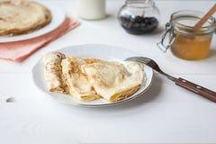 Śniadanie z blinami, dżemem, miodem i mlekiem, Fotografia Royalty Free