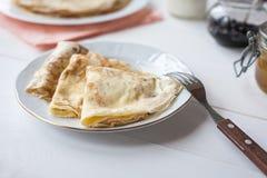 Śniadanie z blinami, dżemem, miodem i mlekiem, zdjęcia stock