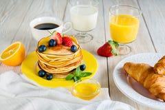 Śniadanie z blinami na koloru żółtego talerzu Zdjęcia Stock
